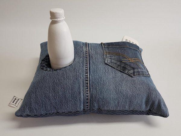 woonaccessoire | knus kussen | uniek | handgemaakt | insteekvakken en pockets | voor mobiel, afstandbediening, flesje, tijdschrift, bril, zakdoekjes | voor de thuiswerker/-zitter